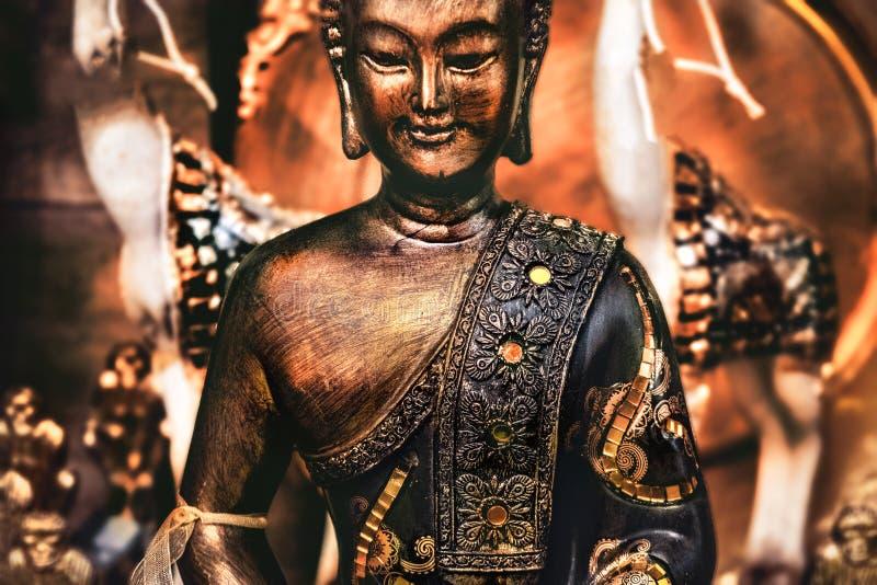 Buddha som mediterar yogabakgrund, brons den orange statyn royaltyfri fotografi