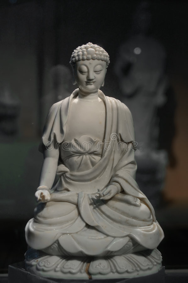 buddha som snider gammalt porslin arkivbild