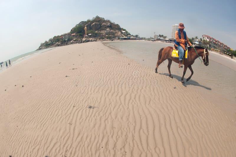 Buddha stante a Khao Trkiab Hua Hin Beach, Tailandia fotografia stock