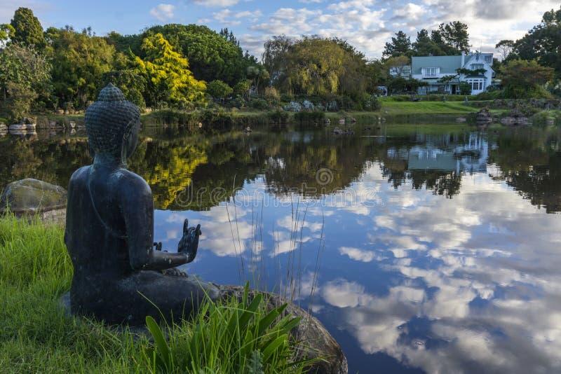 Buddha statua nad patrzeć jezioro zdjęcia stock