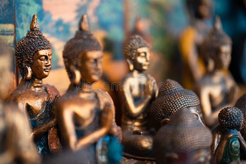 Buddha statua oblicza pamiątkę na pokazie dla sprzedaży na ulicznym rynku Indonezja Rękodzieła i pamiątkarskiego sklepu pokaz z b fotografia royalty free
