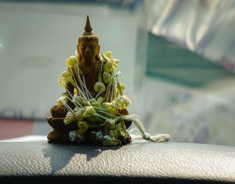 Buddha statua wśrodku samochodu zdjęcia stock