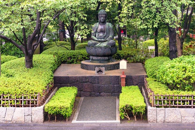 Buddha statua w japończyka ogródzie zdjęcia stock