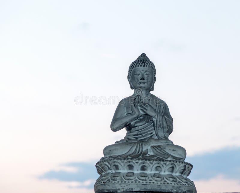 Buddha statua w okno obrazy stock