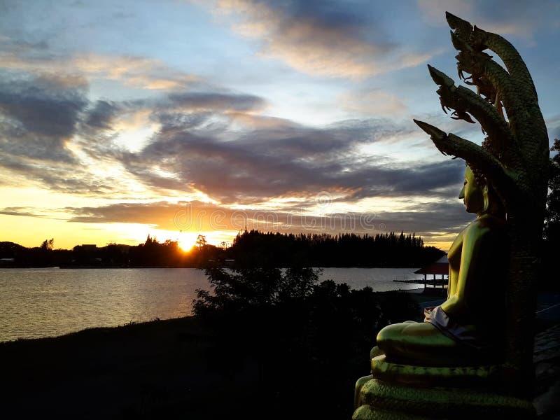 Buddha statua z pięknym naturalnym ranku słońcem obrazy royalty free