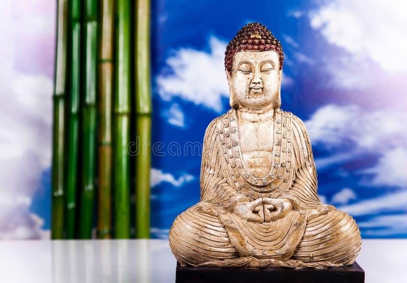 Buddha statua z storczykowym kwiatem obraz royalty free