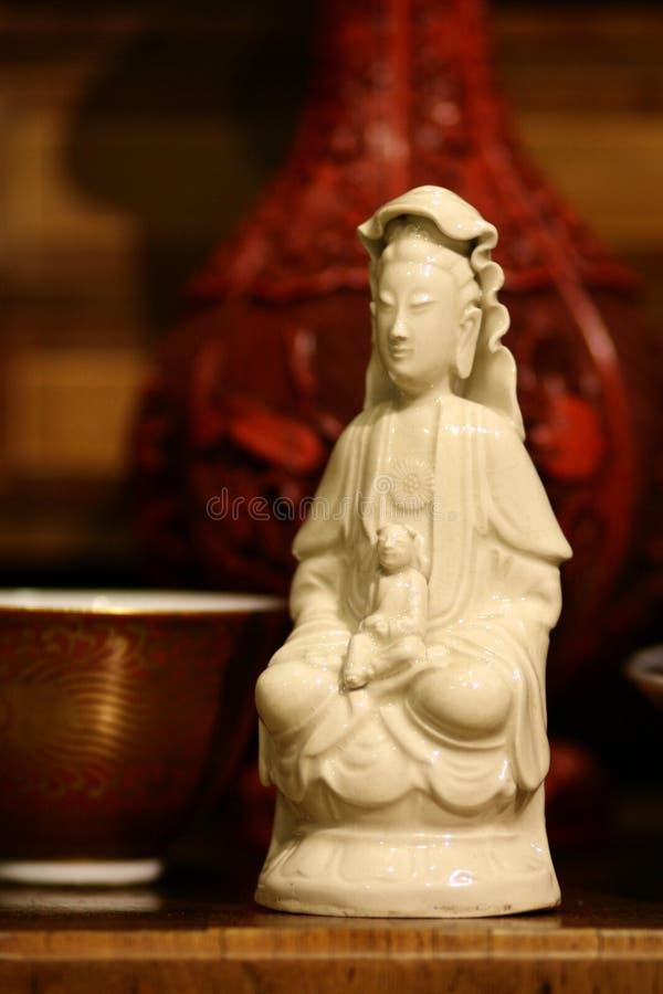 Buddha-Statue - antikes chinesisches Porzellan stillife stockfotos