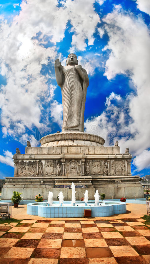 Buddha-Statue auf Wasser in Hyderabad lizenzfreie stockfotos