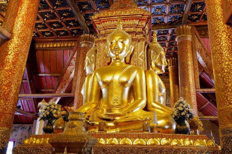 Buddha-Statue golden in der Tür lizenzfreies stockfoto