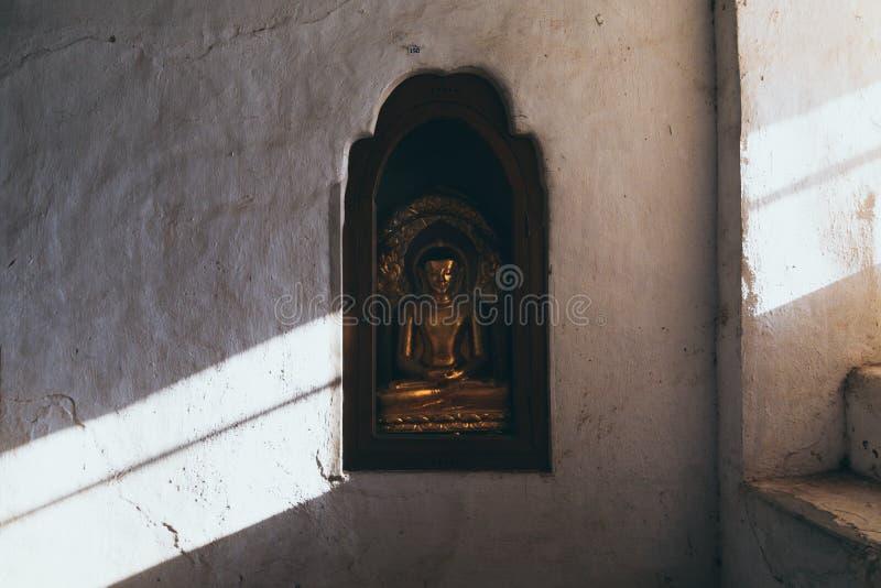 Buddha-Statue innerhalb Ananda-Tempels geschnitzt in die Wand lizenzfreie stockfotos
