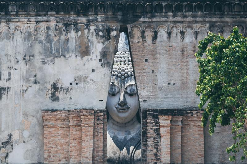 Buddha-Statue innerhalb Wat Si Chums in alter Stadt Sukhothai, Thailand stockbild