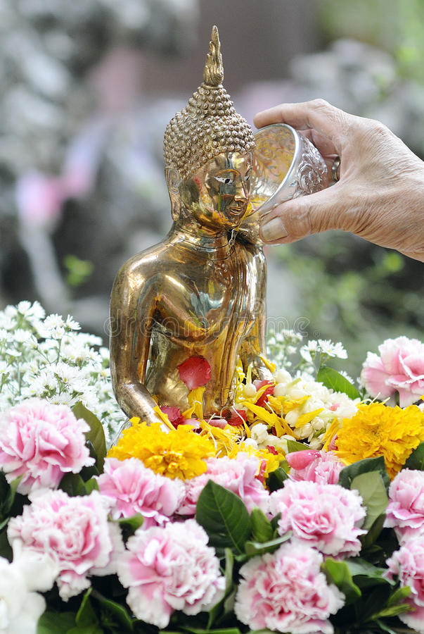 Download Buddha-Statue Mit Blume Im Wasser, SongKran Festival, Thailand Stockfoto - Bild von farbe, kunst: 28605234