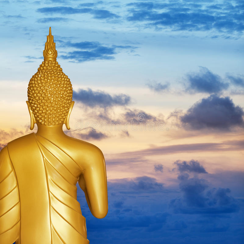 Buddha-Statue am Sonnenuntergang. Hintere Ansicht. stockfoto