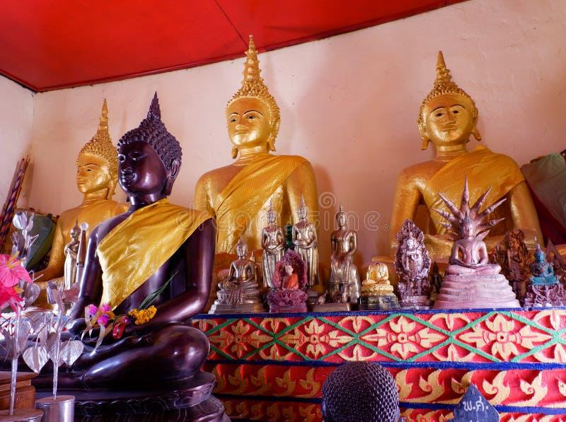 Buddha-Statue thailändischer Tempel stockfotografie