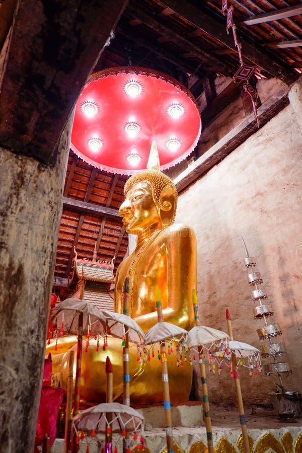 Buddha-Statue thailändischer Tempel lizenzfreie stockbilder