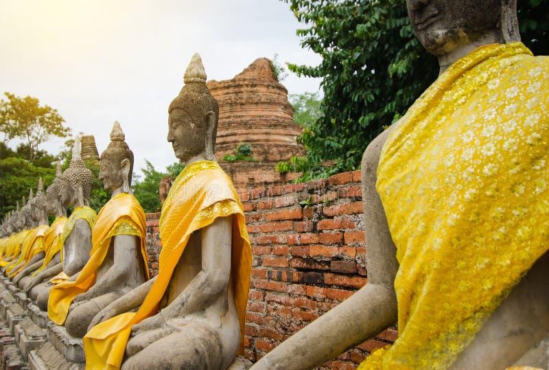 Buddha-Statuen in Ayutthaya, Watyaichaimongkol stockfotografie