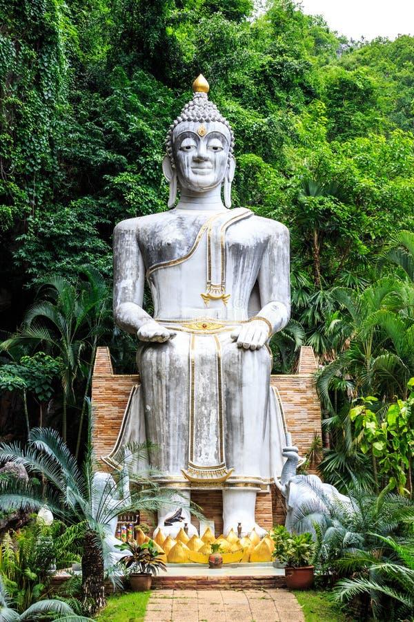 Buddha-Statur an wat tampratun stockfoto