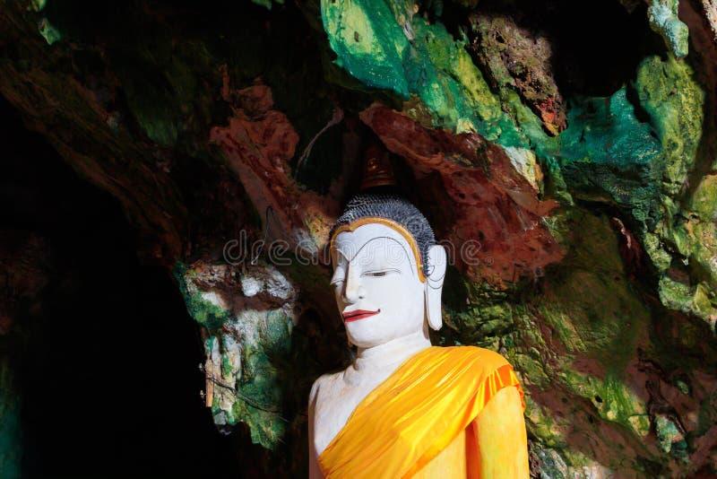 Buddha statuy antyczne w jamie fotografia stock
