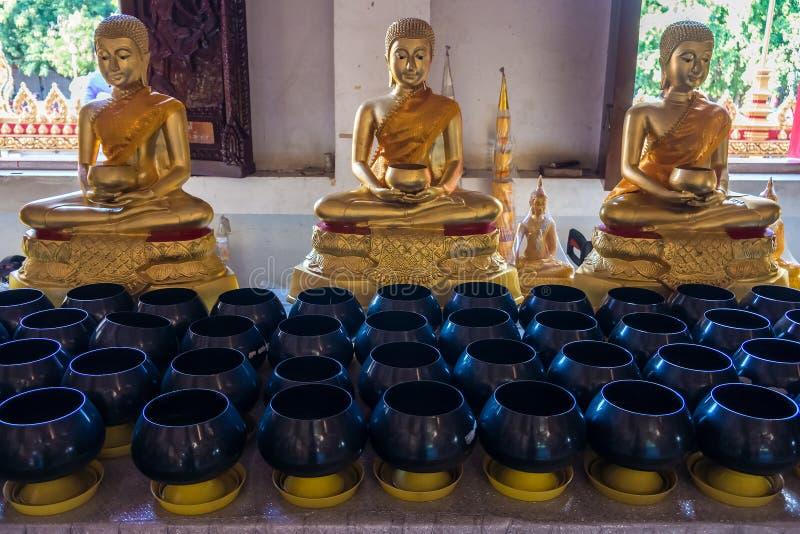Buddha statuy i rząd michaelita datki rzucają kulą obrazy stock