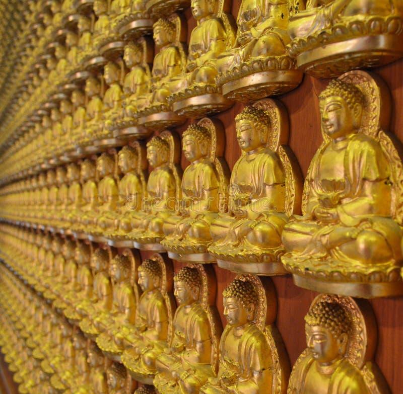 Buddha statuy przy Watem Bora Racha Kanchana Phisake (Wat Leng Noei Yi 2) w Nonthaburi, Tajlandia obraz royalty free