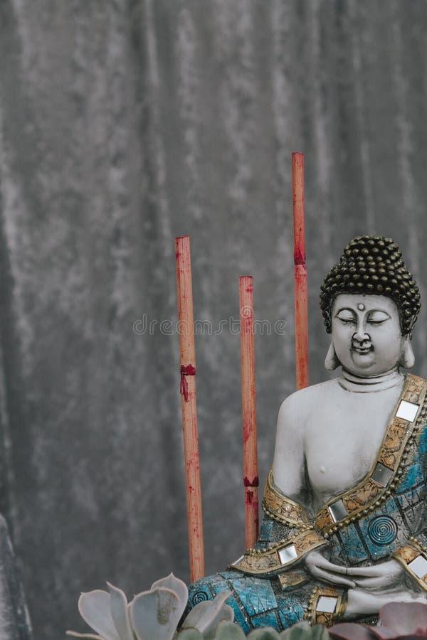 Buddha-staty med röda bambu canes, med sinnesrubbning royaltyfria bilder