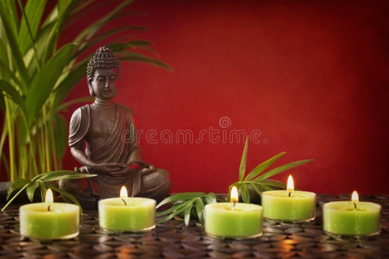 Buddha staty och stearinljus arkivfoton