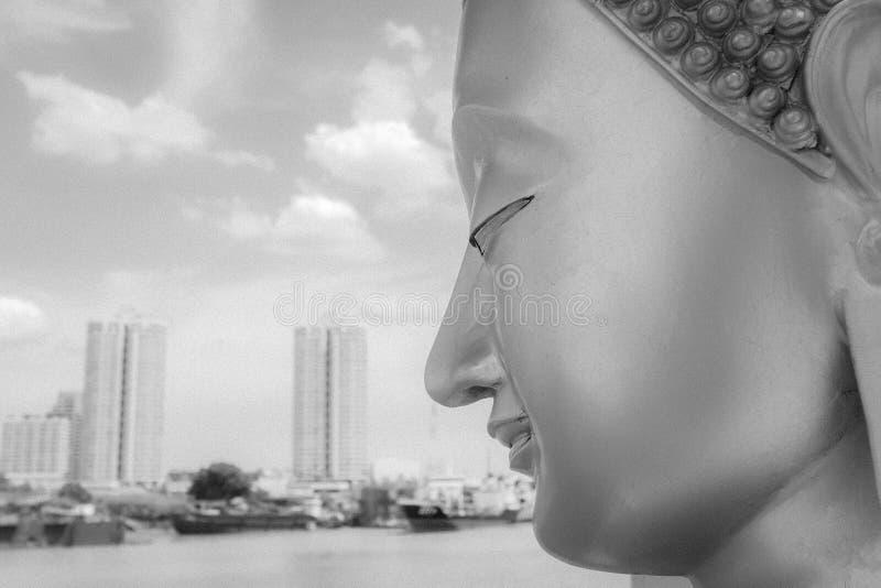 Buddha stellen mit Stadt-Hintergrund gegenüber lizenzfreies stockbild