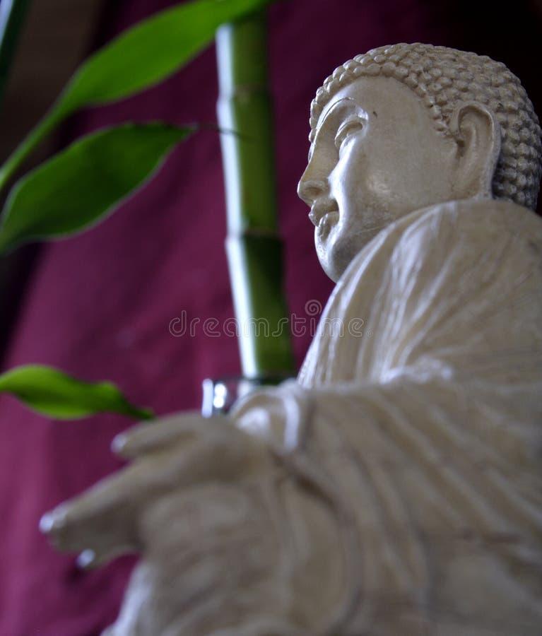 Buddha und Bambus lizenzfreie stockfotografie