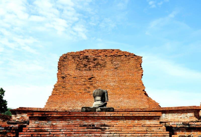 Buddha und Ziegelsteinwand am wat Mahathat stockfoto