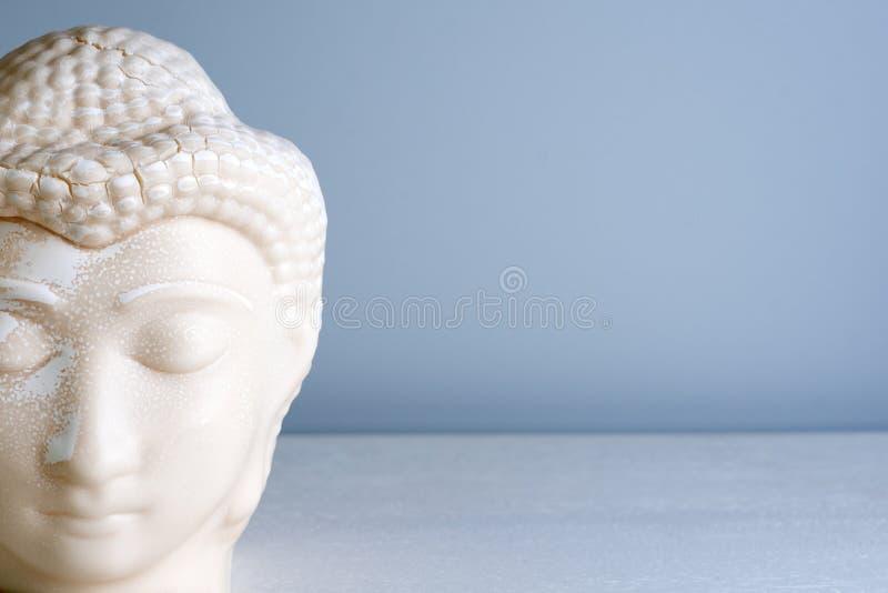 Buddha vänder mot Buddhastaty som göras av vit marmor med fritt utrymme för text Begrepp av fred, stillhet och lugn royaltyfri bild