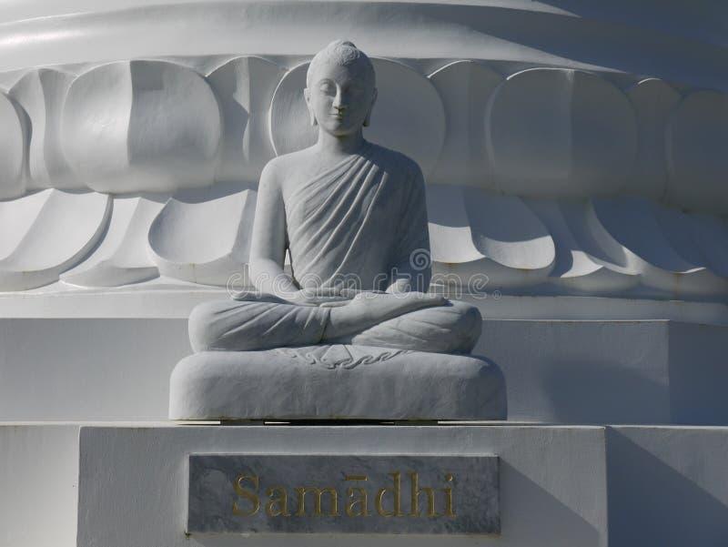 Buddha: vitt stendiagram meditera royaltyfri fotografi