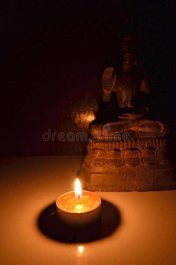 Buddha wizerunek w świeczki świetle zdjęcie royalty free