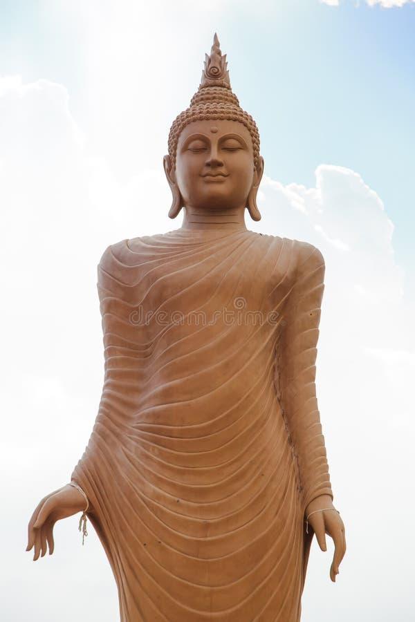 Buddha wizerunek z niebieskiego nieba tłem obraz stock