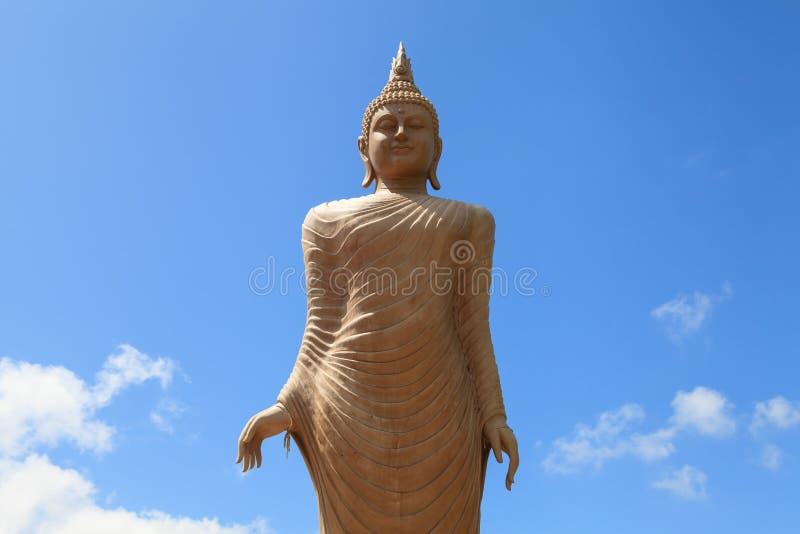 Buddha wizerunek z niebieskim niebem w tle obrazy royalty free