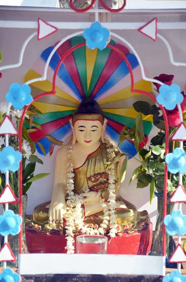 Buddha wizerunku statuy Birma styl przy Tai Ta Ya monasterem obraz stock