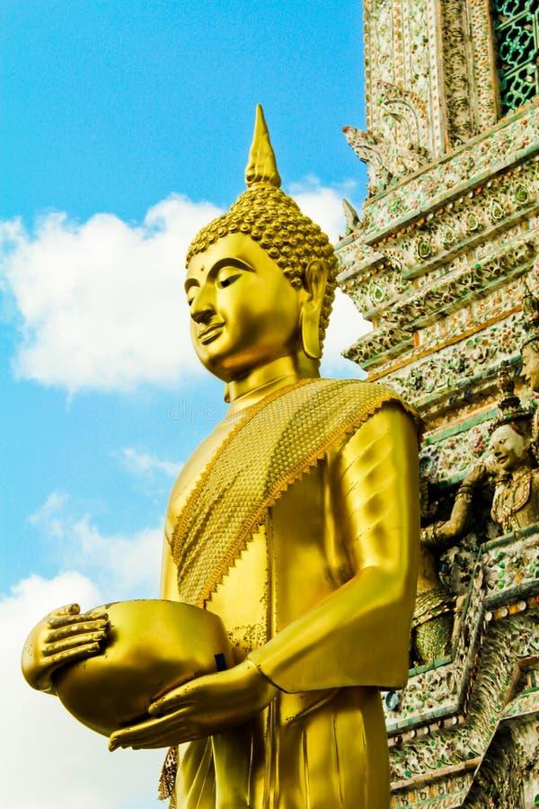 Buddha wizerunku stojak przed pagodą zdjęcia royalty free