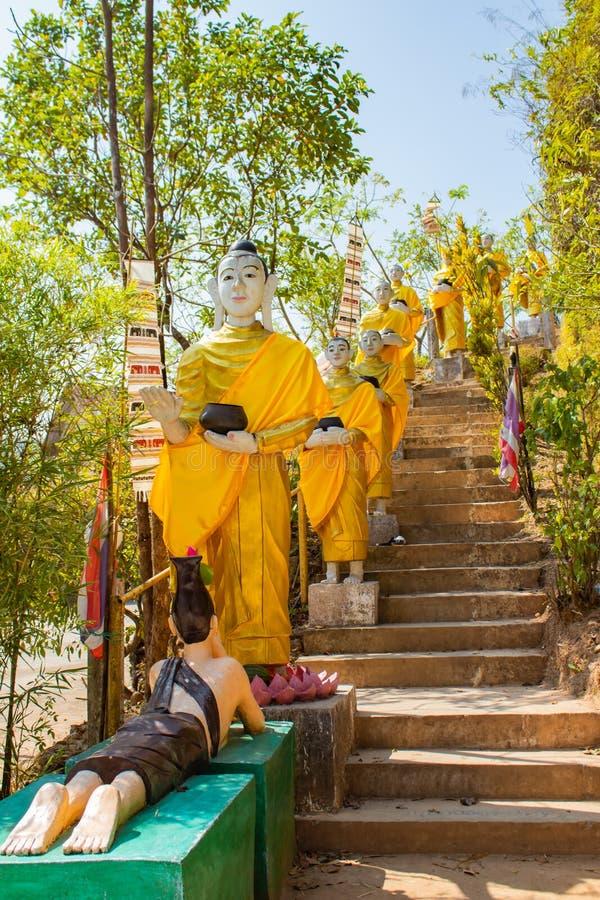 Buddha złoty przy flagstengi wzgórzem, Kanchanaburi fotografia stock