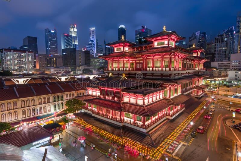 Buddha-Zahn-Relikt-Tempel mit Stadtskylinen - Singapur stockfotos