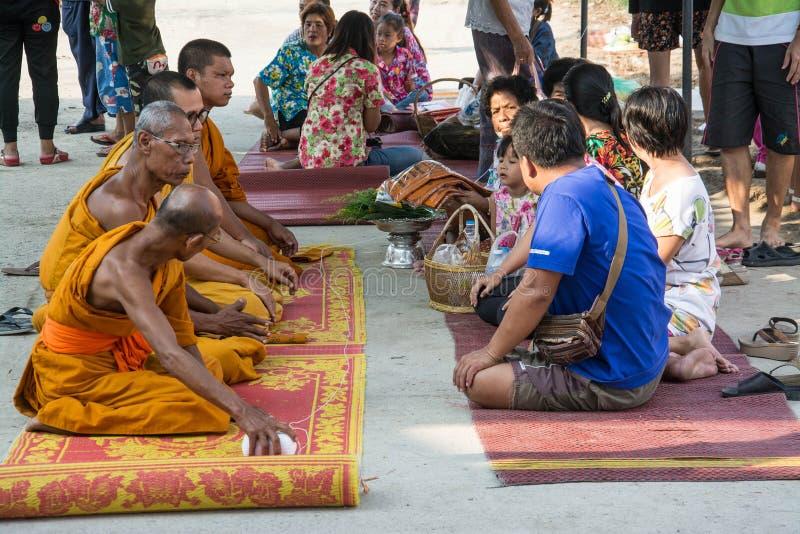 Buddha-Zeremonie für Songkran-Tag oder thailändisches neues Jahr-Festival am 13. April 2016 in Samutprakarn Thail lizenzfreies stockbild