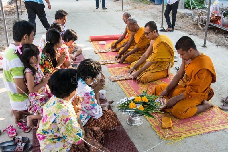 Buddha-Zeremonie für Songkran-Tag oder thailändisches neues Jahr-Festival am 13. April 2016 in Samutprakarn Thail stockbilder