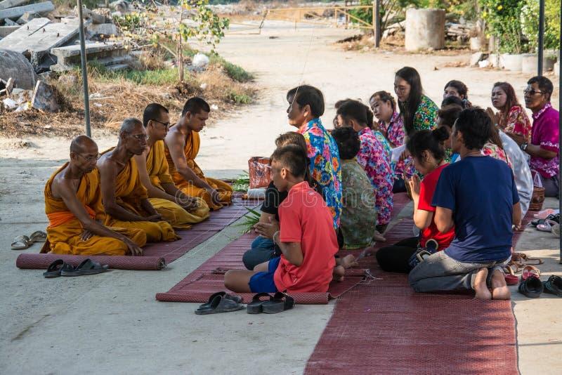 Buddha-Zeremonie für Songkran-Tag oder thailändisches neues Jahr-Festival am 13. April 2016 in Samutprakarn Thail lizenzfreies stockfoto