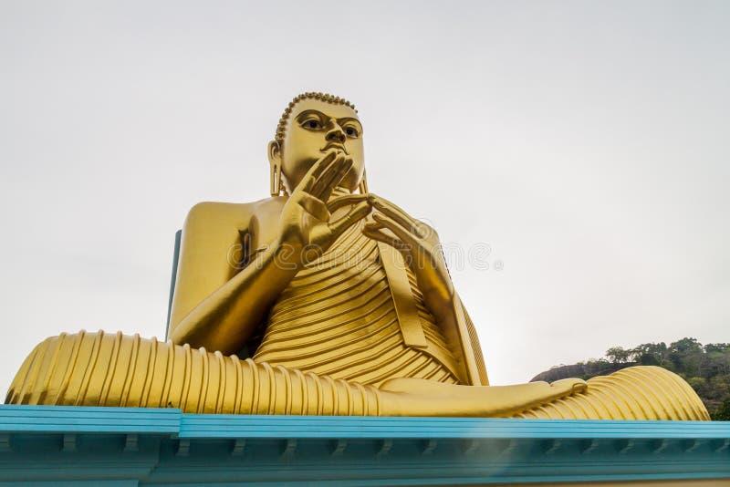 Buddhaa-Statue an der Spitze des goldenen Tempels in Dambulla, Sri Lan lizenzfreie stockbilder