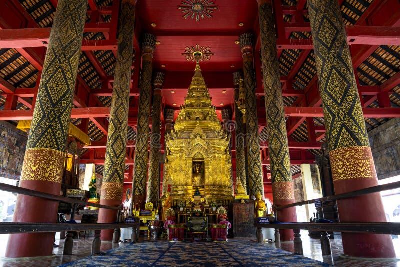 Buddhabild i guld- pagod p? den huvudsakliga korridoren av Wat Prathat Lampang Luang, en forntida buddistisk tempel i Lampang, Th arkivbild