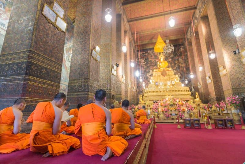 Buddhabild och munkar i Wat Pho Temple, Bangkok, Thailand royaltyfria bilder
