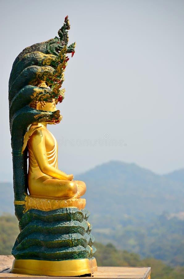 Buddhabild på bergstoppet av Thailand fotografering för bildbyråer