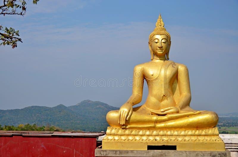 Buddhabild p? bergstoppet av Thailand arkivbild