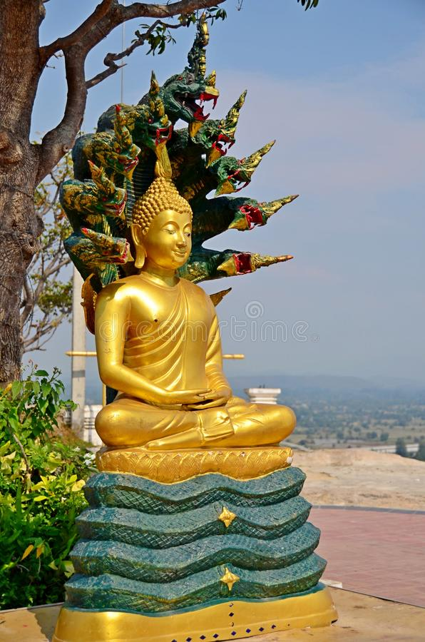 Buddhabild p? bergstoppet av Thailand royaltyfri foto