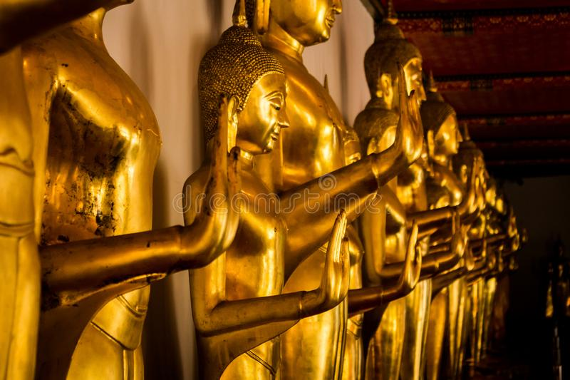 Buddhabilder i det Wat Pho Buddhist tempelkomplexet i Bangkok royaltyfria bilder