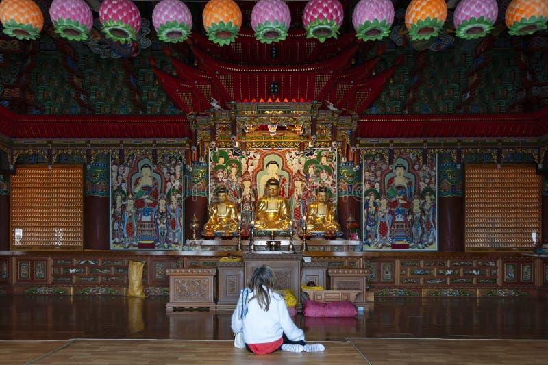 Buddhabilder inom den huvudsakliga fristaden av Haedong Yonggungsa, buddistisk tempel, gränsmärken och dragningar i Busan, Sydkor royaltyfri foto