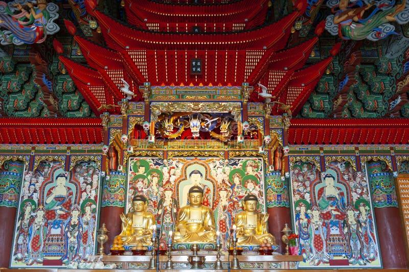 Buddhabilder inom den huvudsakliga fristaden av Haedong Yonggungsa, buddistisk tempel, gränsmärken och dragningar i Busan, Sydkor royaltyfri bild
